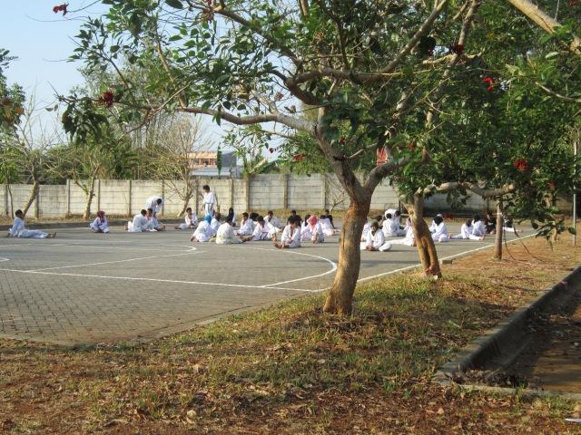 Mahasiswa anggota kegiatan Unit Kegiatan Mahasiswa Karate UIN sedang latihan